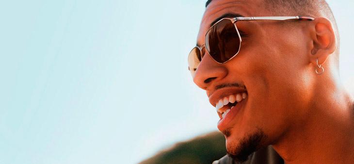 Modelo hombre con gafas de sol Persol