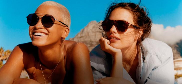 Modelos posando con gafas Persol