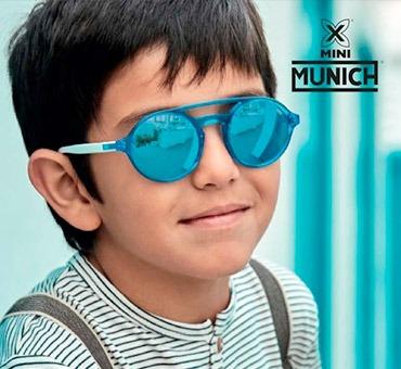 niño con gafas de sol azules