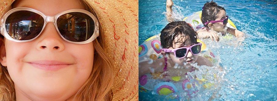 niños en piscina con gafas de sol