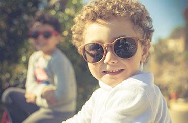 niña jugando con gafas de sol puestas