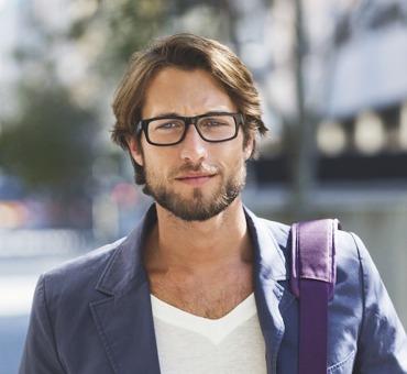 09cee175b6 Las gafas graduadas además de cuidar nuestra vista son también un  complemento de estilo. Elegir la montura ideal para tu tipo de rostro hará  que te veas ...