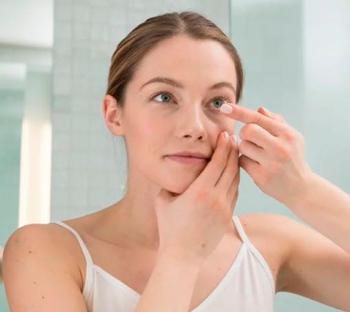 Mujer probando lentillas
